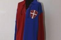 Mostra con la prima maglia di calcio del Casarano