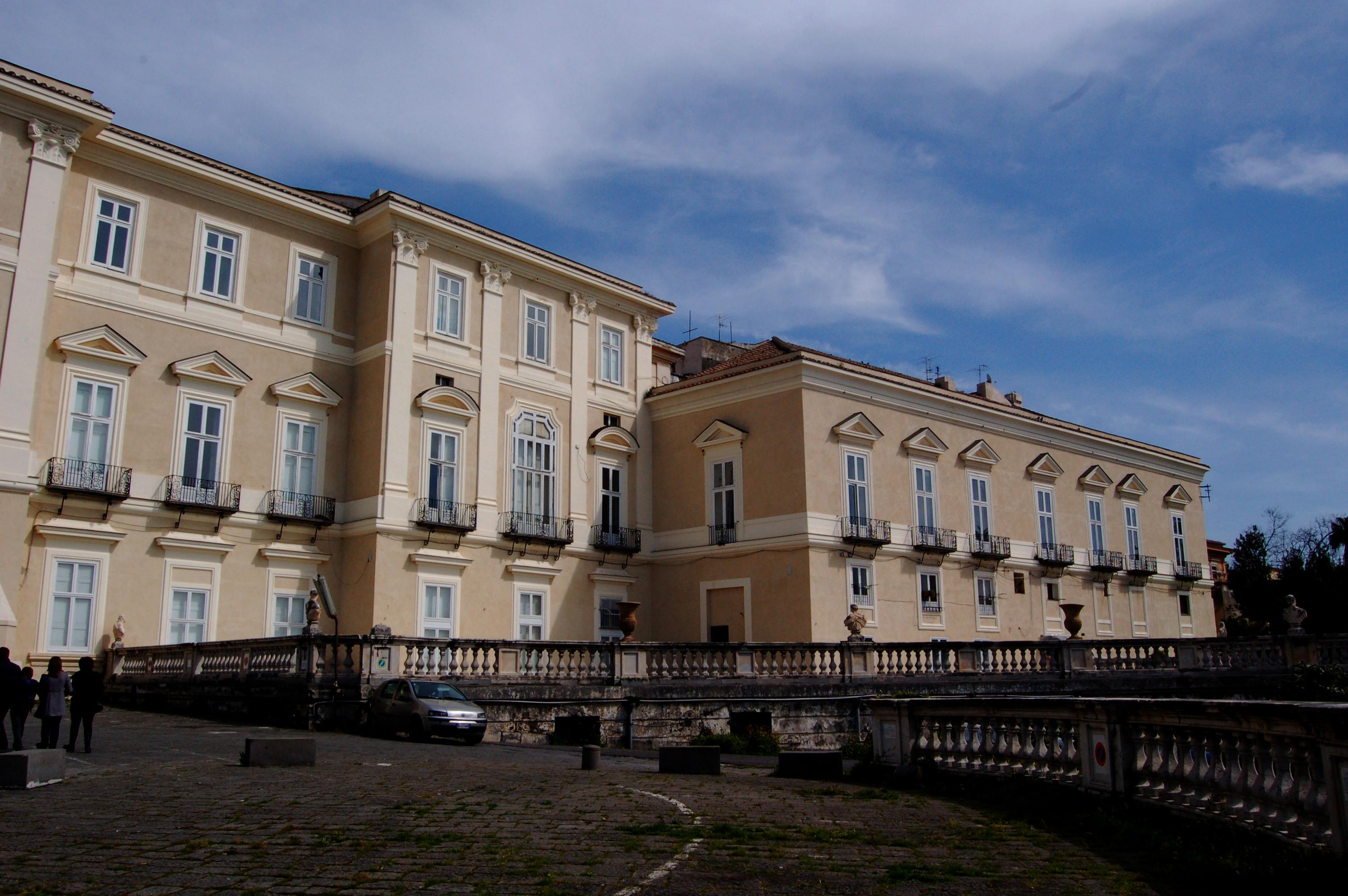 Un sos per la reggia di portici portici notizie for Foto di portici per case