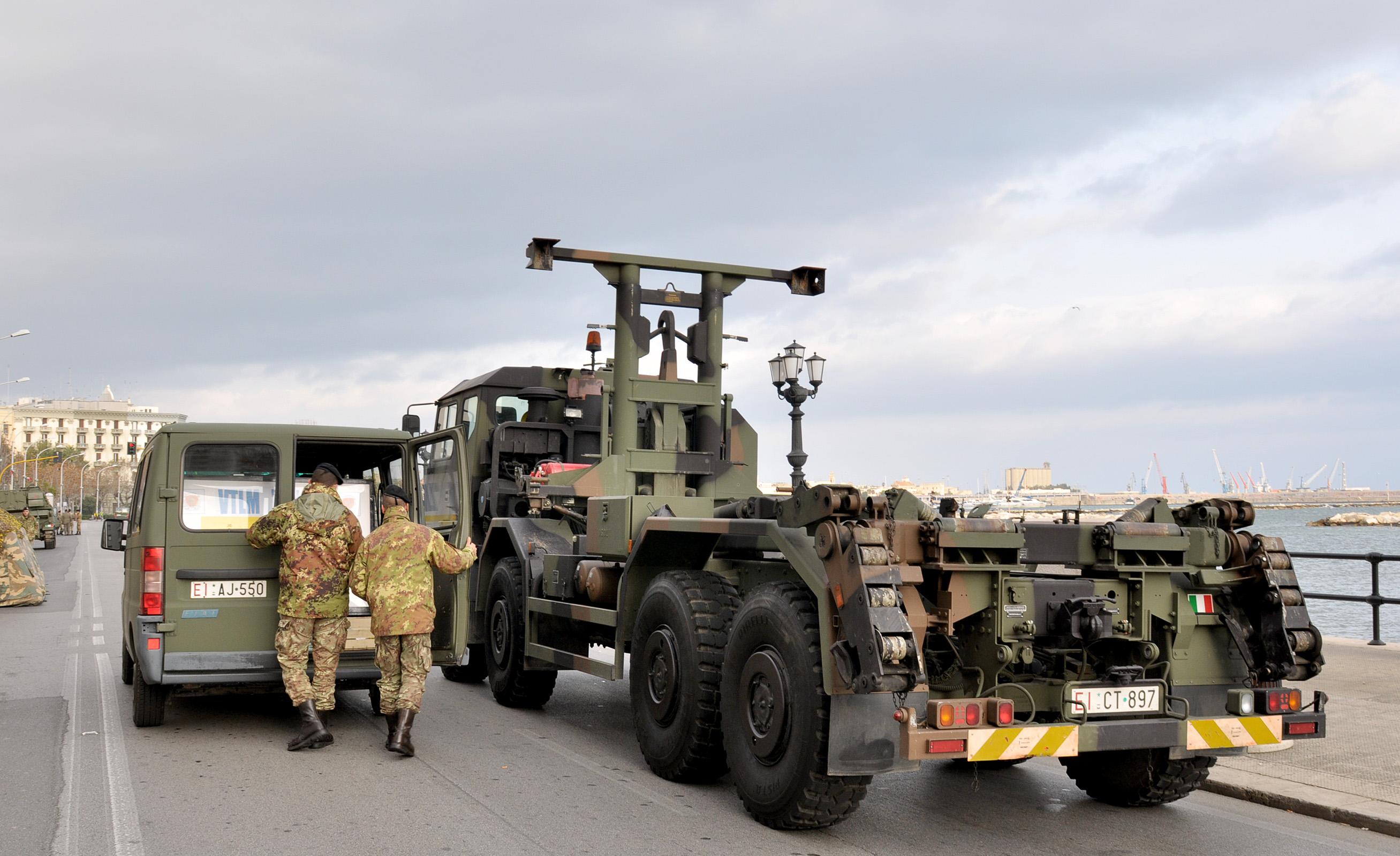 Risultati immagini per militari mezzi