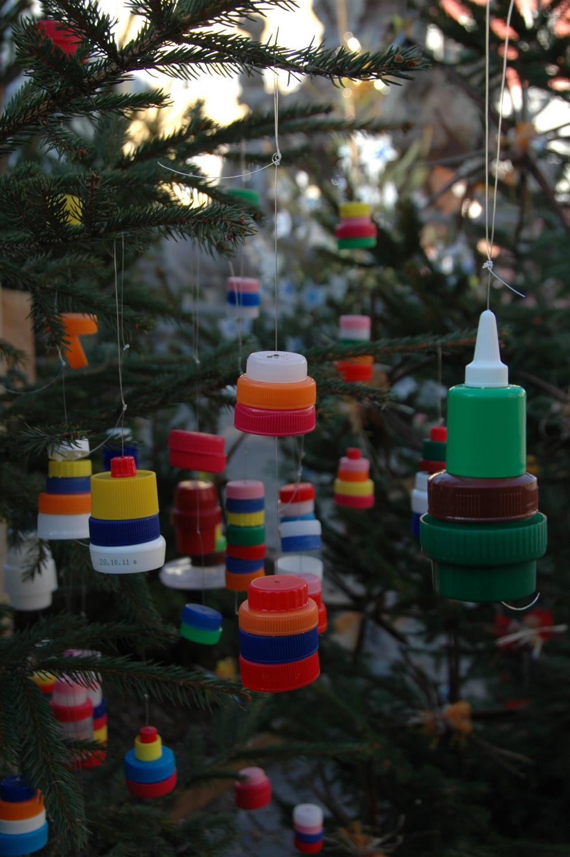 Con materiali riciclati l albero pi creattivo for Addobbi natalizi per scuole materne