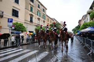 Cavalcata sotto la pioggia - carabinieri a cavallo