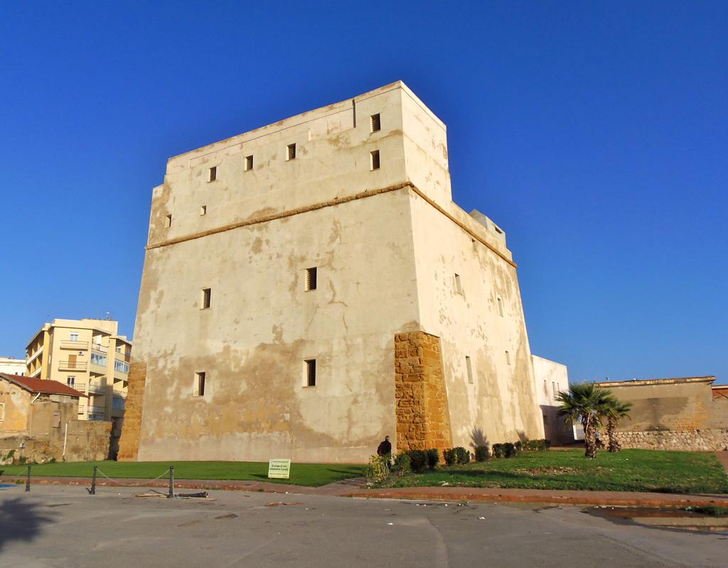 Porto Empedocle, danneggiate le panchine nei pressi della Torre Carlo V