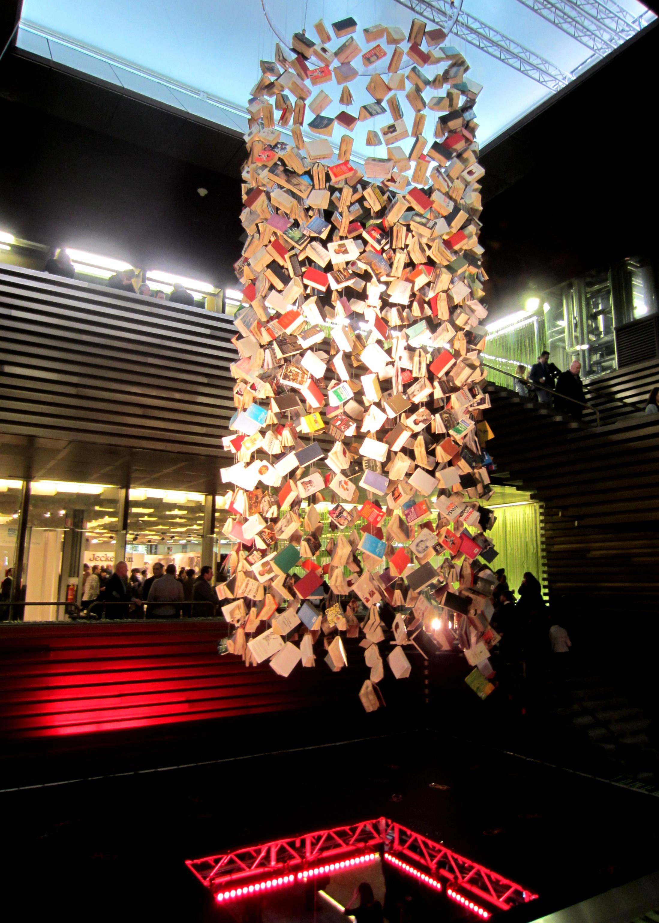 lampadari giganti : ... gli angoli libri come lampadari giganti foto 5 10 l uomo alla moda
