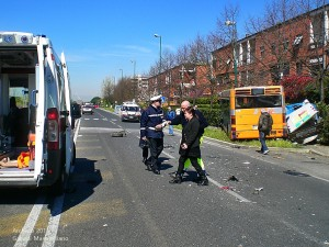 Incidente tra autobus e auto
