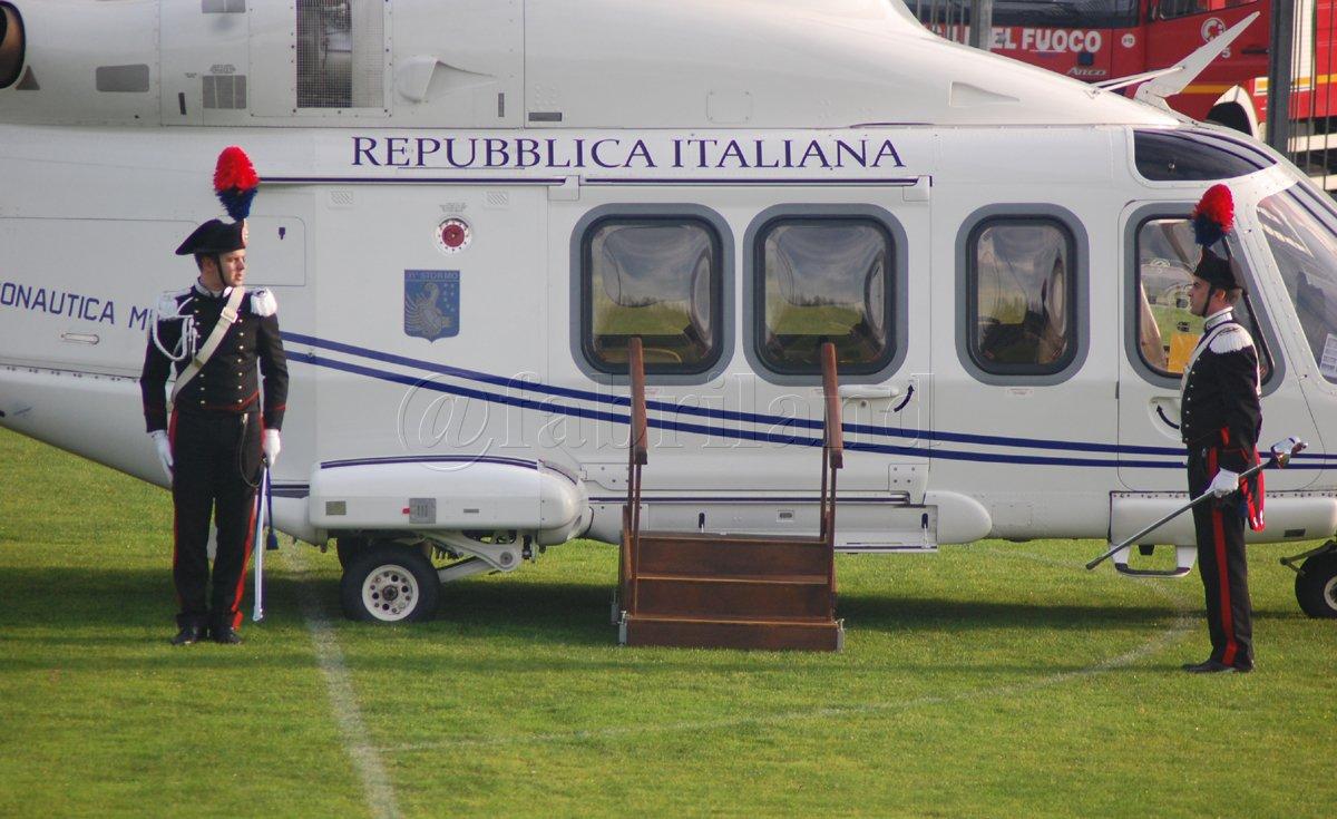 L Elicottero Del Papa : Papa francesco atterra in elicottero allo stadio
