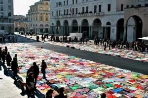 """""""Viva Vittoria"""" con la coperta colorata, il no delle donne  alla violenza"""