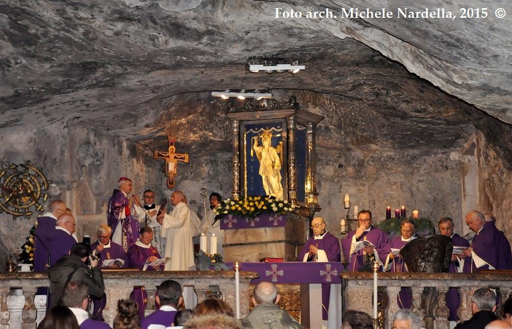 Apertura della porta santa del santuario di san michele - Immagini porta santa ...
