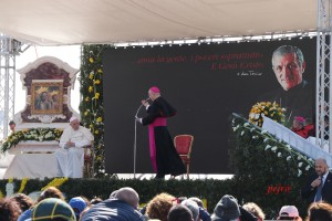 Papa Francesco prega sulla tomba di Don Tonino Bello